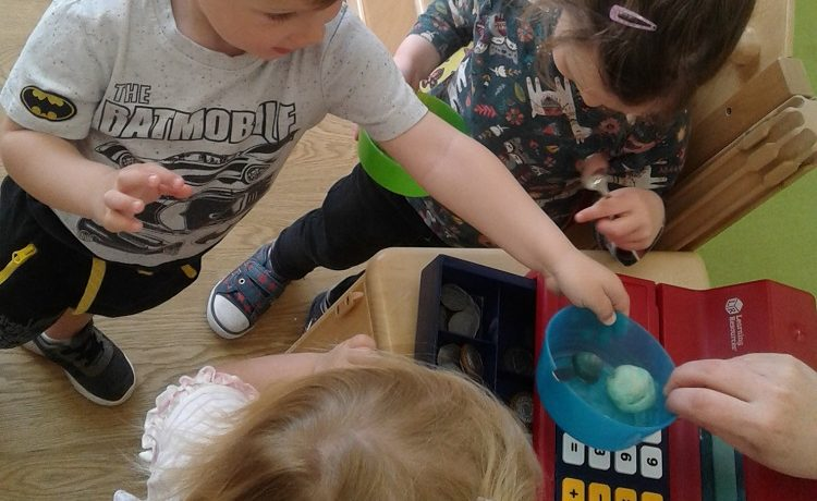 Bromsgrove – Toddlers make an ice cream shop