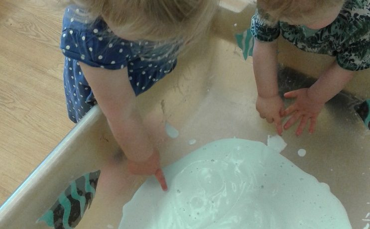 Stourbridge – Pre-toddlers explore foamy soap