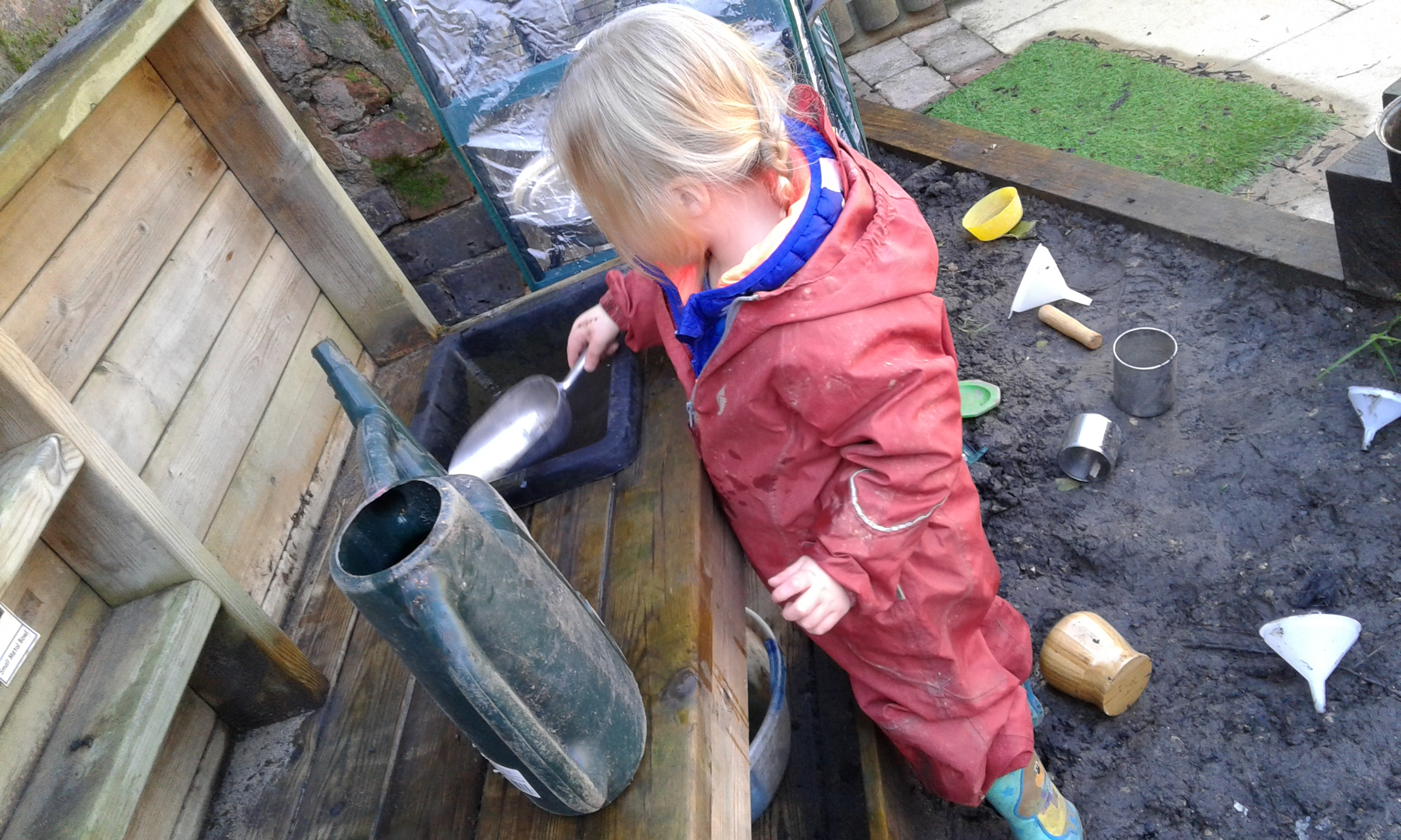 The Toddlers have been having great fun exploring the mud kitchen today.