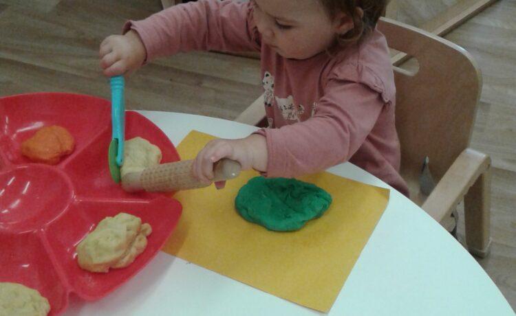 Stourbridge – Babies explore texture with play dough