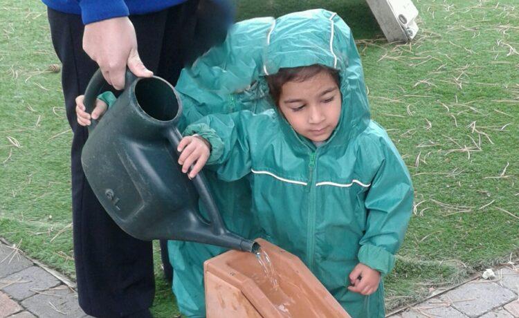 Bromsgrove – Toddlers explore water in the garden