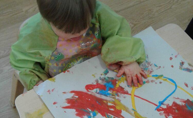 Bromsgrove – Babies explore paint